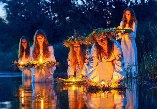 девушки пускают венки по воде