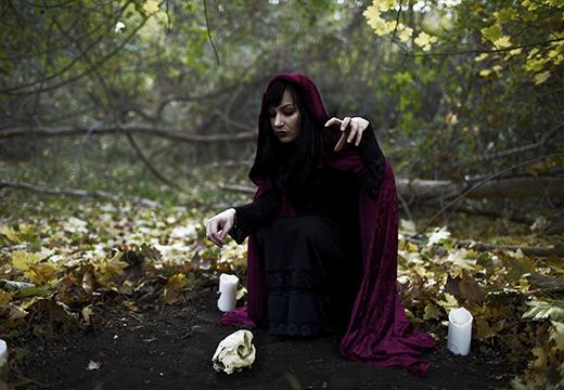 Ведьма проводит обряд