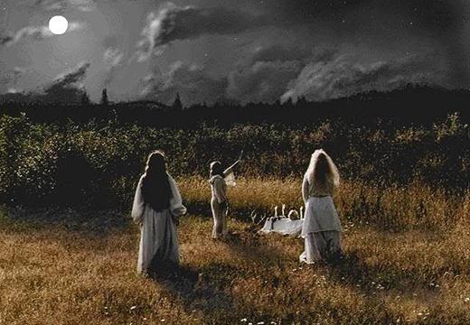Три девушки проводят обряд