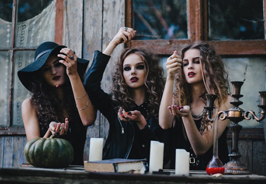 Три ведьмы проводят обряд