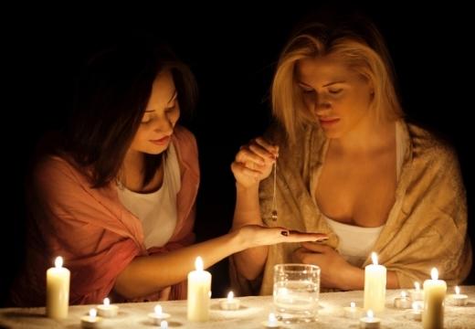 подруги гадают ночью