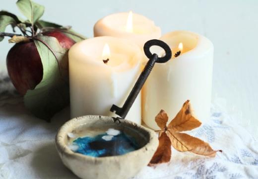 свечи воск и яблоко