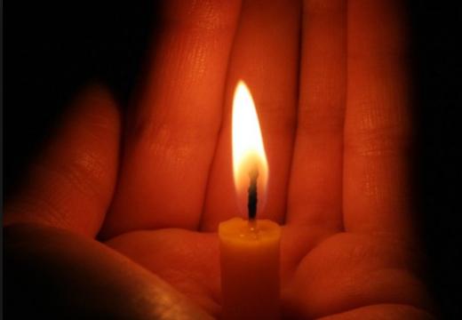 Свеча на руках