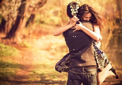 Влюбленные обнимаются