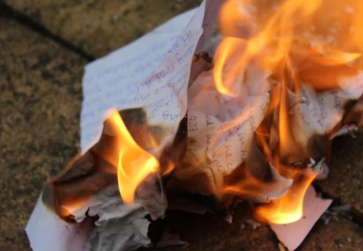 Горит лист бумаги