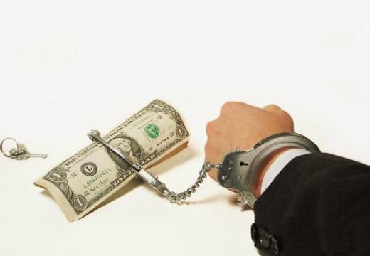 рука и купюра в наручнике