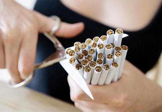 женщина режет сигареты