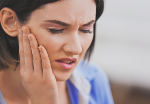 у женщины болит зуб