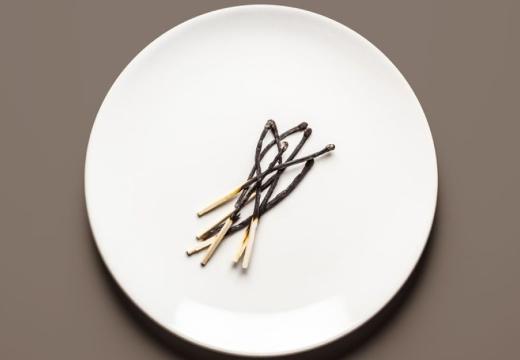 сгоревшие спички в тарелке