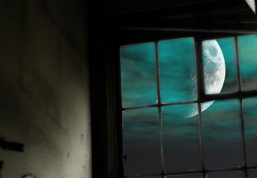 растущая луна в окне