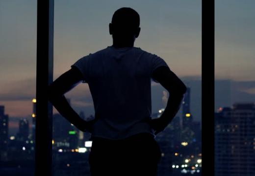 парень на фоне окна ночью