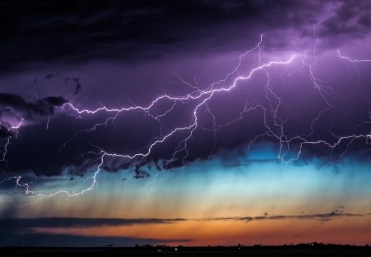 молния на небе