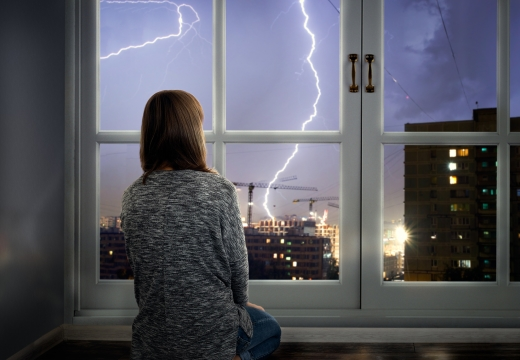 девушка у окна гроза