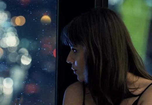 девушка смотрит в окно