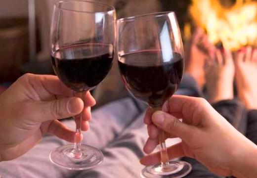 пара пьет вино