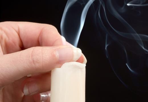 тушить свечу пальцами