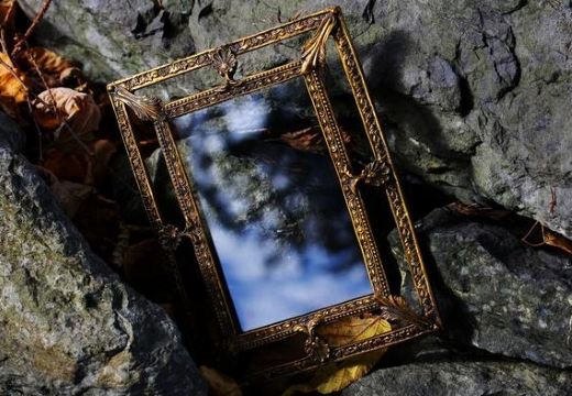 зеркало на камнях