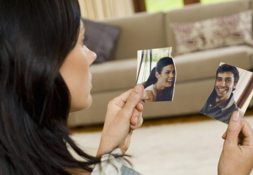 женщина рвет фотографию пары